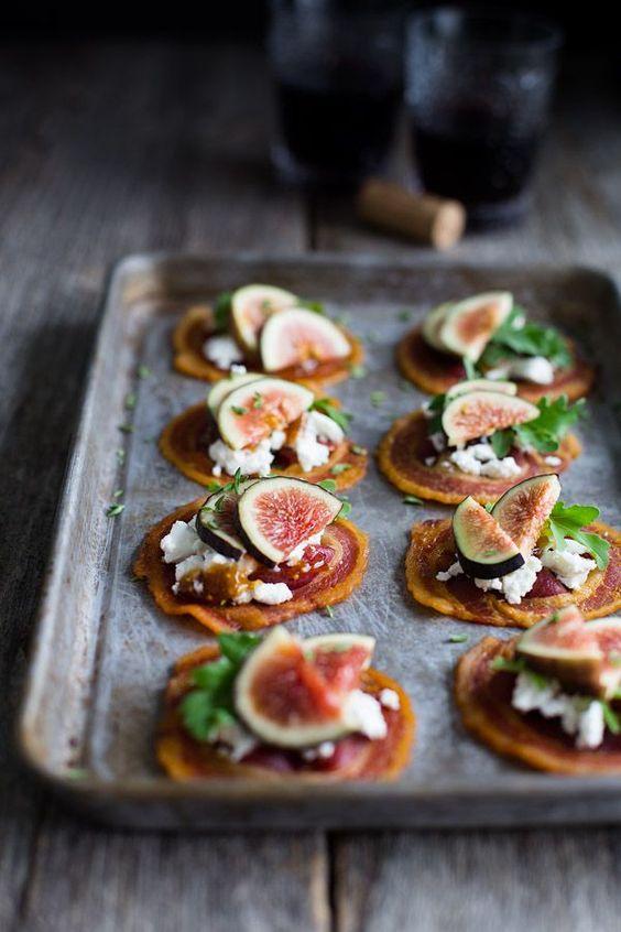 Pancetta chips met geitenkaas en Figs - krokante ronden pancetta krijgen gegarneerd met romige geitenkaas, vijgen jam en verse vijgen. | tamingofthespoon.com