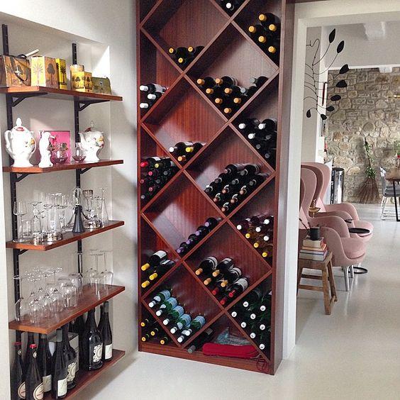 Entre o living e a escada que dá acesso ao nosso quarto e estúdio, montamos uma pequena adega com vinhos selecionados pelo Valentino ao longo desses 10 meses que estamos aqui. Vinhos excelentes que serviremos aos nossos hóspedes, o mais caro custa 42 euros, temos o vinho da Locanda por 9 Euros (500 ml) é delicioso, eu adoro. Vinhos Italianos nao precisam ser caros para serem bons, venha desmistificar alguns valores conosco.