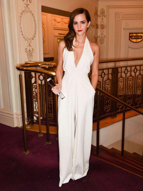 On craque totalement sur la jolie Emma Watson qui comme d'habitude nous surprend par son look simple mais 100% glamour. Dans cette combinaison blanche Misha Nonoo, elle fait encore un coup de maître.