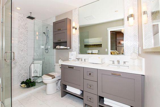 Crisp colour combination makes for a perfectly elegant bathroom.