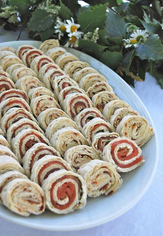mamas kram: Merrettichfrischkäse, Dill und Lachs // Kräuterfrischkäse, getrocknete Tomaten und gehobelter Käse.