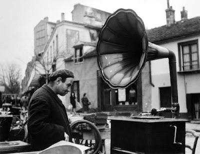 Robert Doisneau, La musique des Puces, (Musique gratuite), 1945 @Centre Pompidou, Paris