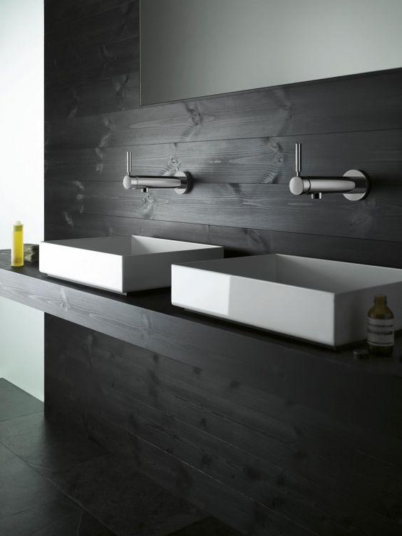 reforma baño con doble lavabo blanco sobre encimera con frente de madera color carbón, suelo baldosas imitación pizarra. presupuestON.com