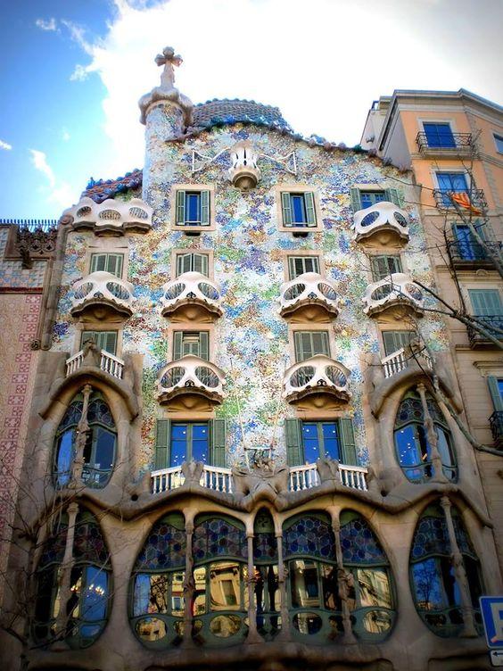 Conhecida como a capital mundial da arquitetura, Barcelona impressiona pelas as suas formas.