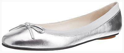 Der ideale Pendant zu allen High Heels: Die BUFFALO Ballerinas. Dank der runden Schuhspitze finden die Zehen hier rundum Entspannung.  - leicht strukturiertes Echtleder - akzentuierende Schleife - weiter Einstieg - schmales Fußbett - bequemer Schlupf Verschluss - flacher Absatz  Obermaterial: Leder Futter: Leder Decksohle: Leder Laufsohle: Sonstiges Material (Synthetik)  Materialzusammensetzung...