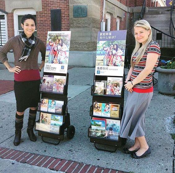 En Ohio, EEUU, hermanas Testigos en la predicación. - Public sharing the Good News in Ohio USA JW.org