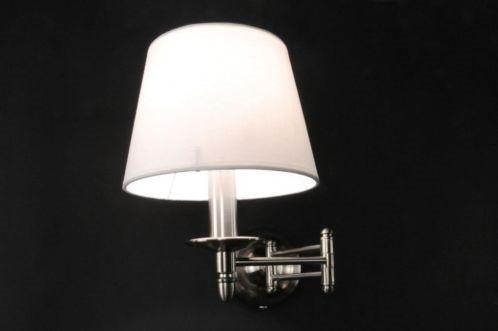 Uma luminária de parede com uma armação de aço e um abajur redondo de tecido branco.  Sala de estar luminária / quarto luminária  www.luminaria.eu  Sem custos custos de envio