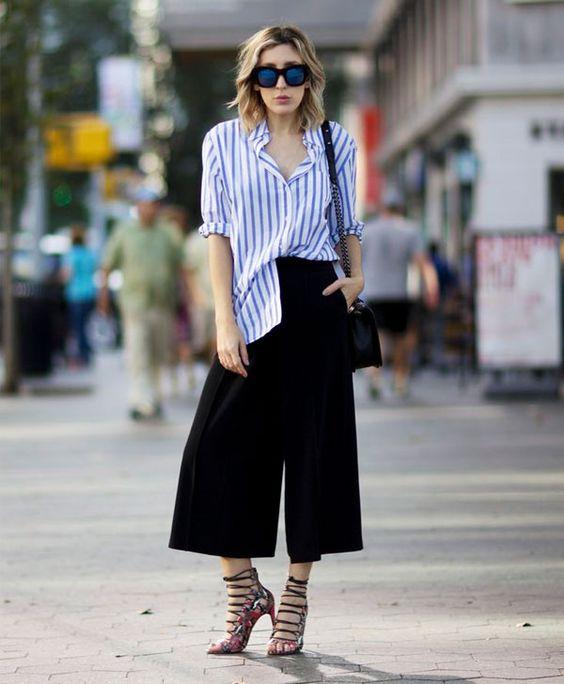 Look calça culotte com camisa listrada e sandália de amarração.: