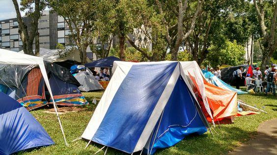 Acampamento em frente ao palácio Iguaçu, em Curitiba, 2015.