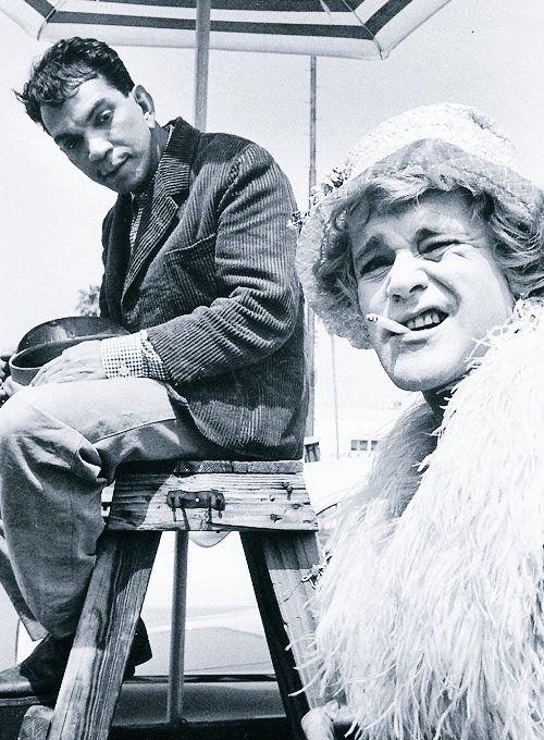 🎬Jack Lemmon y Cantinflas en el set de 'Some Like It Hot' (Billy Wilder, 1959). Fotografía de Phil Stern.