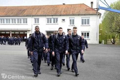 Insertion : le centre Épide de Bourges-Osmoy va accueillir 180 jeunes au lieu de 120   Article : http://www.leberry.fr/cher/actualite/2015/04/17/insertion-le-centre-epide-de-bourges-osmoy-va-accueillir-180-jeunes-au-lieu-de-120_11407461.html
