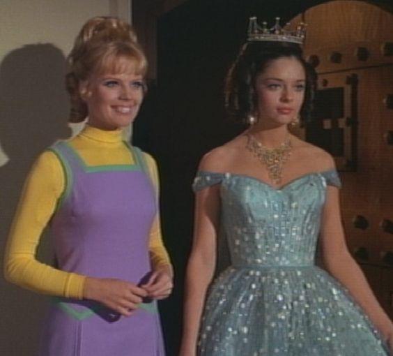 Lost In Space com Penny que foi sequestrada por alienígenas e pensam que ela é a princesa Alpha