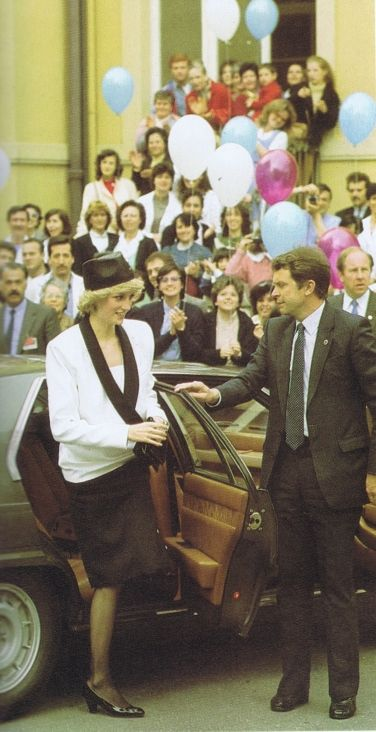 1985-04-26 Diana arrives at the Bambino Gesu Children's Hospital in Rome