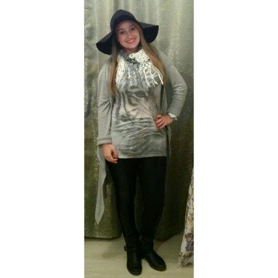 Camiseta estampada cardigan gris pantalon negro botas cuello tejido y sombrero