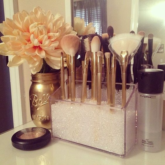 Love the spray painted mason jar, the brush display, and flower. Awesome.
