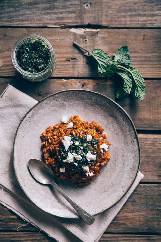 Karottenrisotto mit Minze-Pesto und Feta