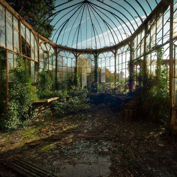 Antigo conservatório de um jardim de inverno, 25 Fotografias Espetaculares de Sítios Abandonados - (Page 22)