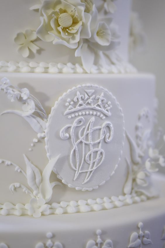 william  u0026 kate u2019s royal wedding cake    a close up of the monogram initials w and k on the cake