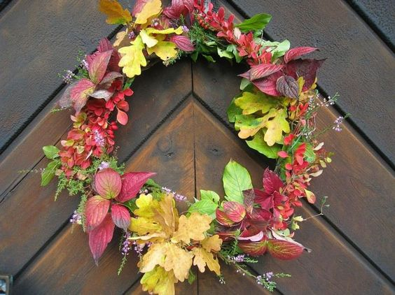 couronne de porte en feuilles automnales