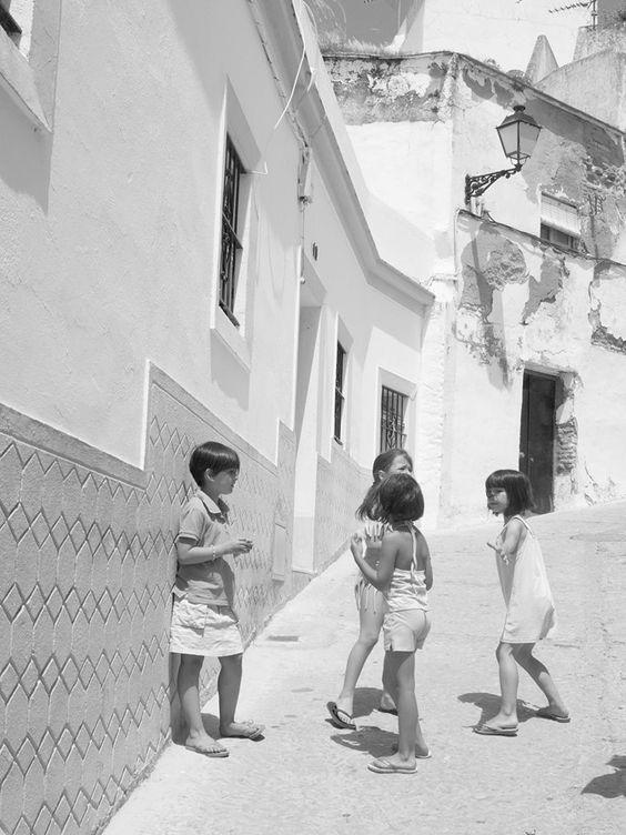 Niñas jugando en la calle.: