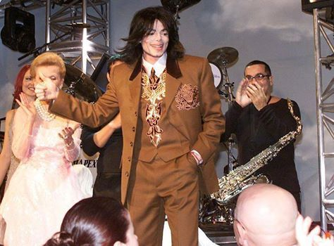 "Michael Jackson em foto durante o jantar beneficente ""Carousel of Hope [2000]"