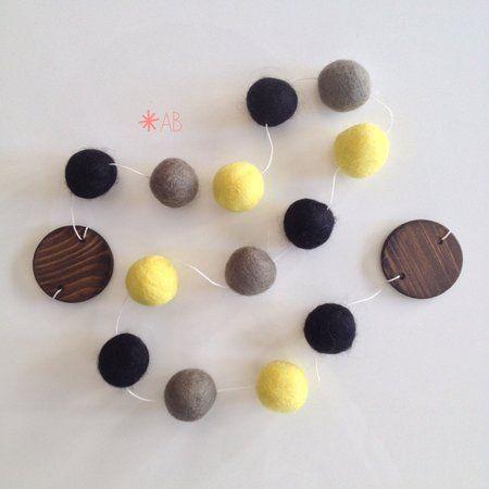 Guirlanda de Bolinhas de Feltro Combinação Amarelo, Cinza e Preto para decoração de quartos e festas infantis
