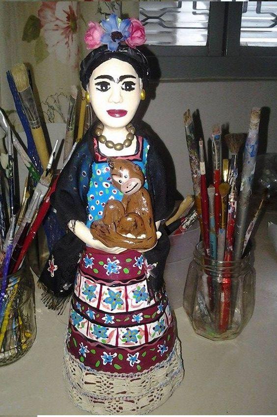 Frida Kaloh, pintora mexicana e seus macacos que ela tanto adorava. Papel mache , papietagem, pintura a mão, biscuit.