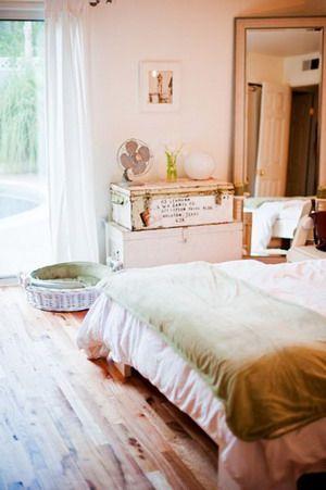 Un dormitorio blanco y verde