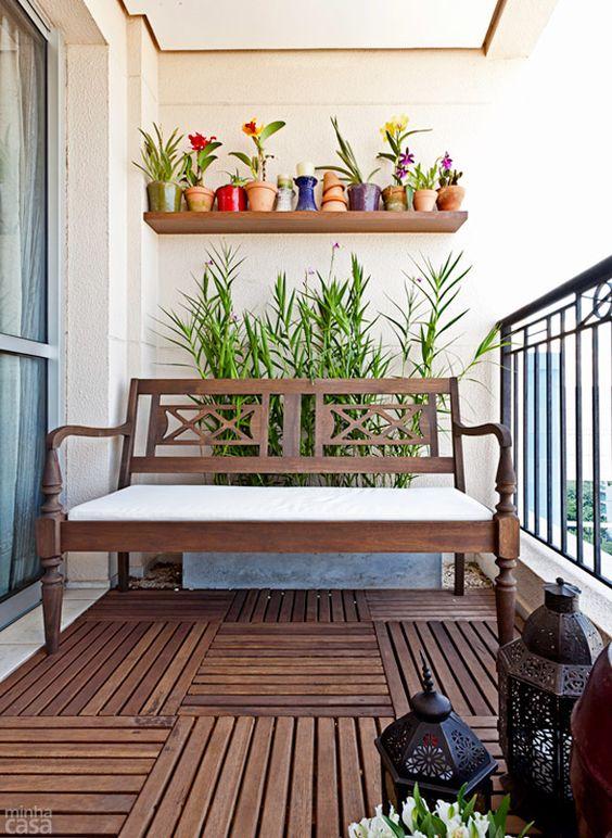 O apartamento fica na face leste, banhado por luz solar direta apenas pela manhã. O paisagismo, consequentemente, privilegiou espécies que se dão bem nessas circunstâncias. Projeto da paisagista Juliana Candian.: