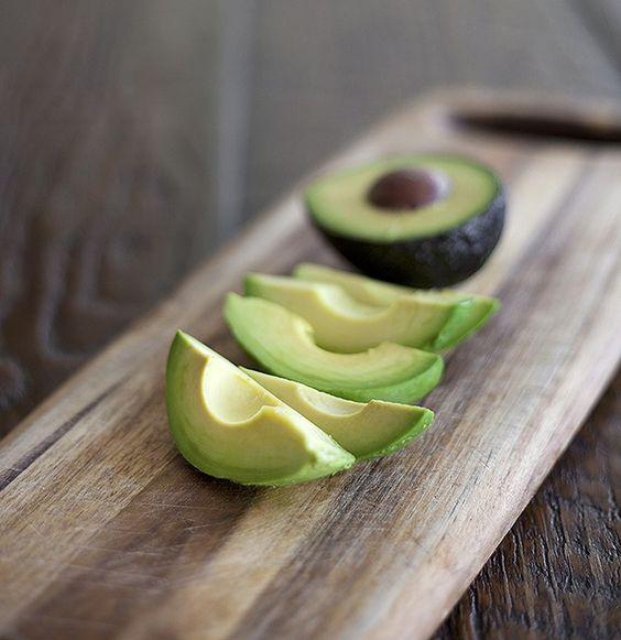 Apesar da fama de engordativo, a fruta é das mais saudáveis. Melhor: vai bem não só em vitaminas, mas também em saladas, entradas e pratos principais