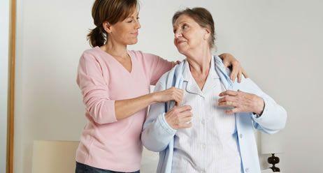 Seniorin wird betreut durch Pflegerin