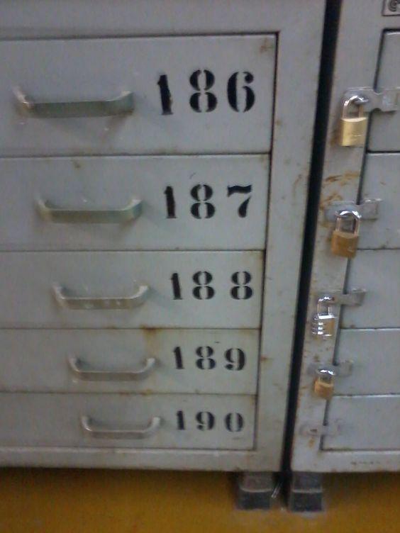 Sinalização numérica presente nas gavetas dos estúdios.