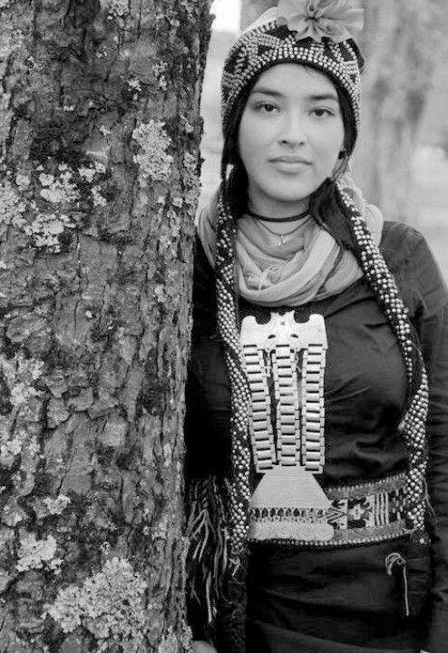 Mujer mapuche, uno de nuestros pueblos originarios./ Mapuche lady, Argentina.