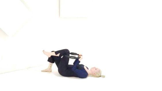 CURSO DE PILATES CON MAGIC CIRCLE!  En éste maravilloso curso aprenderás a usar el Magic Circle para conectar con los músculos de tu Core y ganar estatura inmediatamente por medio del trabajo de:  Reto abdominal - El Magic Circle aumenta el nivel de dificultad en los abdominales cuando se coloca entre las piernas en ejercicios como el Hundred o Teaser.  Reserva tu lugar ahora mismo para éste maravilloso curso siguiendo el link en nuestra bio:  http://ift.tt/290TUbm