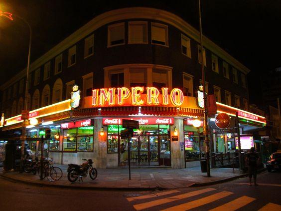 """""""""""Pizzeria El Imperio"""""""" en Avenida Lacroze y Corrientes, frente al cementerio de la Chacarita. Fundada en 1947 y declarado pizzeria """"Notable"""" Su pizza son a la masa entera y utilizan tres tipos diferentes de queso muzzarellas. Todas son riquisimas, pero mi predilecta: la de salsa blanca y espinaca¡¡¡¡¡¡¡BOCADO DE CARDINALE!!!!!!!!!"""