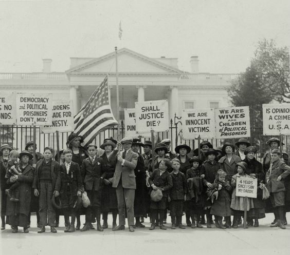Wives and children protest against the espionage act of 1917 outside the White House, Washington D.C., 1922