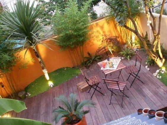Terrasse exotique avec palmier et couleurs chaudes ...
