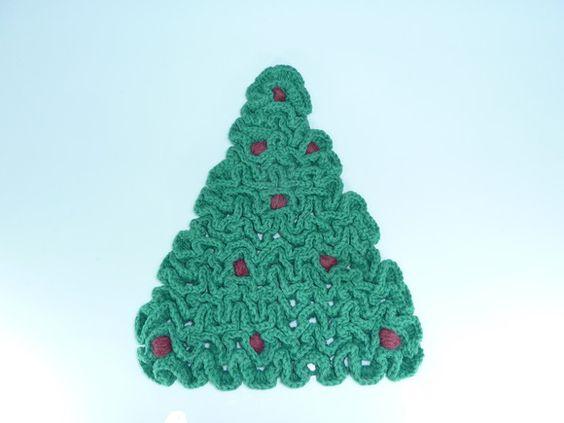Árvore de Natal feita de crochê, em ponto alto relevo, tecida com barbante macio,100% algodão. Resistente e encorpado, é excelente como descanso de panelas e/ou travessas, evitando manchar o seu móvel e ao mesmo tempo decorar a sua mesa, e ainda serve para decoração de porta, compondo sua decoração natalina, ou presentear as pessoas especiais. VEJA TAMBÉM O KIT PROMOCIONAL DE NATAL R$40,00