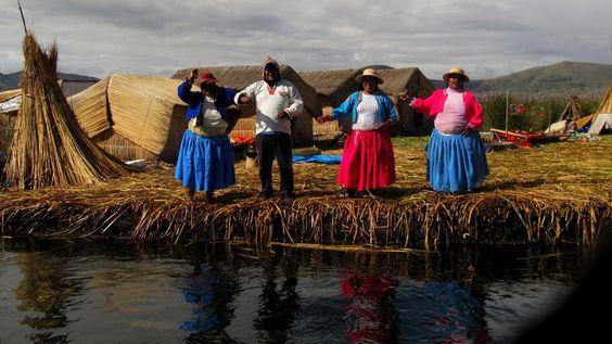 """""""Los Uros despidiendo a los visitantes a sus islas a ritmo de alegres canciones en medio de la inmensidad del Lago Titicaca. Las Islas de Los Uros son islas flotantes hechas de totora, material que los Uros también utilizan para la construcción de sus viviendas y embarcaciones"""". Foto de Doris León Gabriel."""