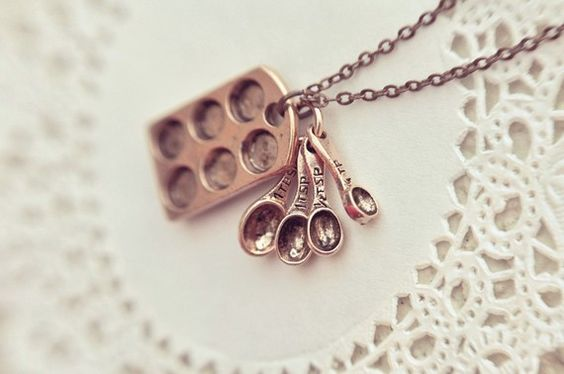 Adorable baker's necklace! @Sam Kratzer you need this :)