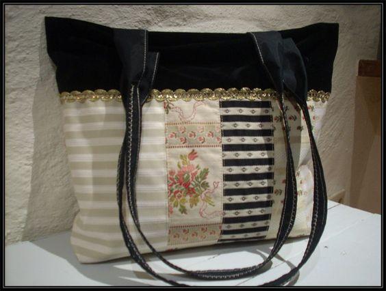 Aus Biedermeierstoffen gepatchte Tasche mit Samtverblendung in schwarz und Zier-Glitzerbordüre...