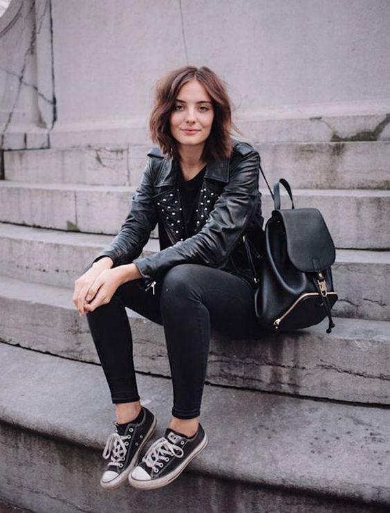 Street style look com mochila de couro em look todo preto usando jaqueta e all star converse:
