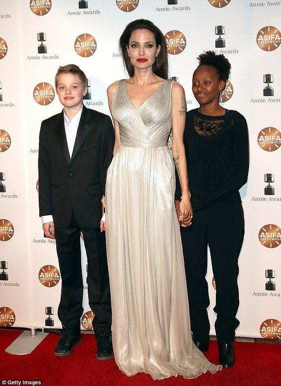 Angelina Jolie estaba participando en un esfuerzo decididamente diferente, ya que asistió a los Premios Annie, que reconocen los logros en la animación.  La estrella Maléfica, de 42 años, lucía deslumbrante en su brillante vestido plateado mientras caminaba por la alfombra roja.