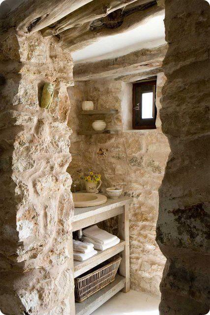 Baño Rustico Con Piedra:baño rústico con mueble de madera y lavabo de piedra