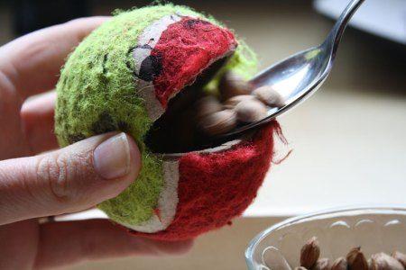 Ball füttern Für Kleinkind die Öffnung größer machen und Vorsicht bei den Kleinteilen