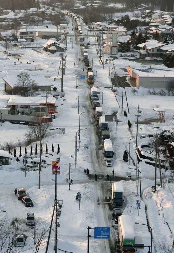 Tempestade de neve que atinge o Japão reteve veículos na estrada, deixou casas sem luz, além de cancelar voos; ao menos 12 morreram. Foto: Kyodo/Reuters
