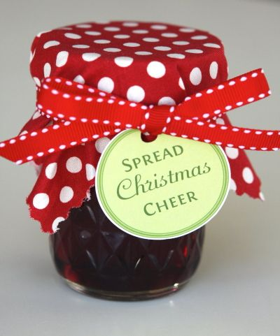 Spread Christmas cheer.. Cute way to dress up preserves for Christmas!: