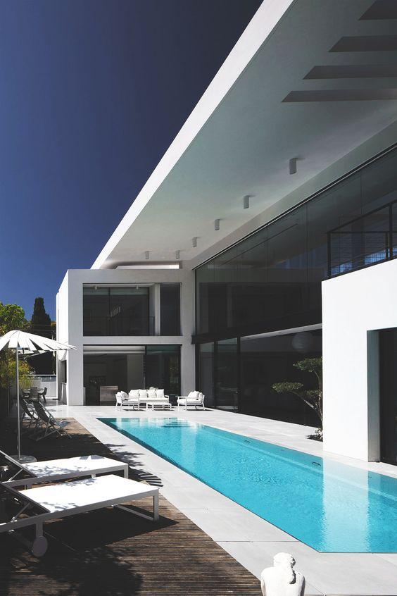 Pre nazi architecture meets contemporary details bauhaus for Bauhaus schwimmpool