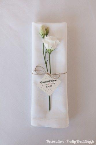 Décoration autour de serviette invité épurée mais très jolie avec petite fleur blanche, cordelette de jute et étiquette avec logo