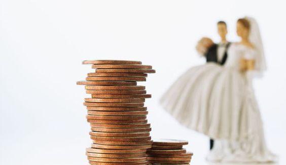 Vous souhaitez la robe de mariée et la déco dont vous avez toujours rêvé... sans pour autant vous ruiner. Voici nos conseils pratiques pour un mariage moins cher.